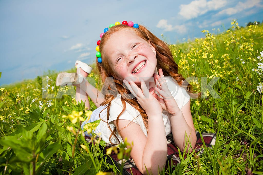 Маленькая красивая девушка на открытом воздухе . Положите на зеленой траве . — Изображение 8505