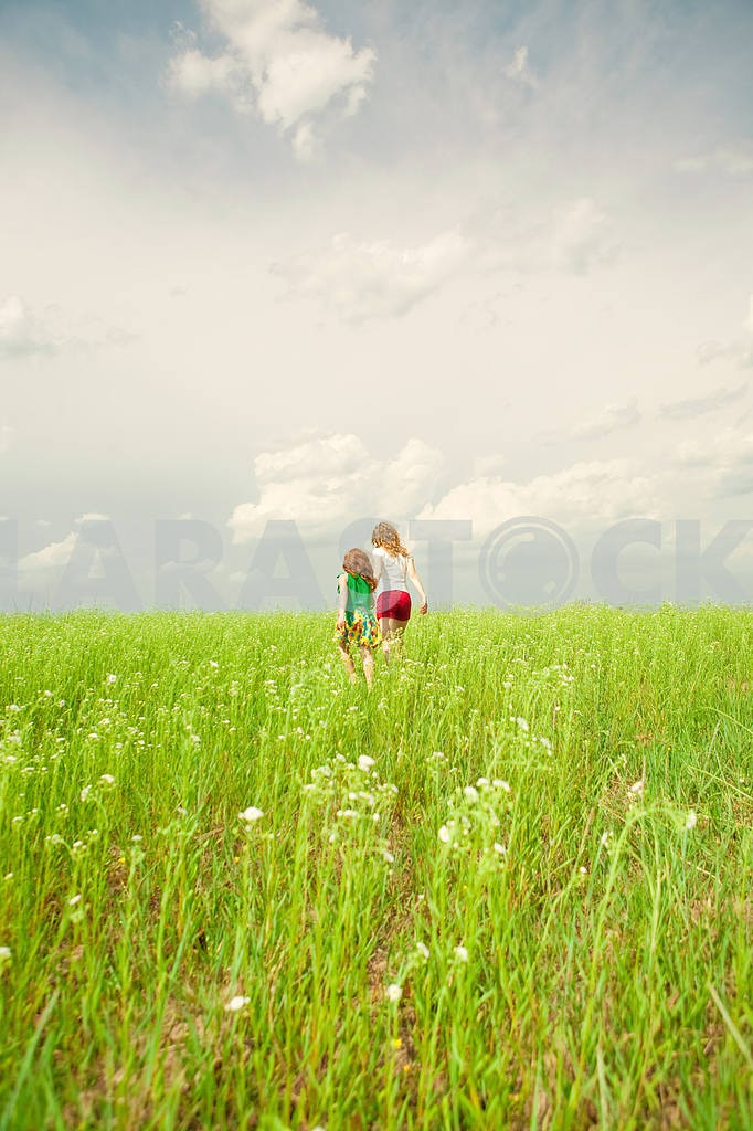 Mother and daughter with flower — Image 8535