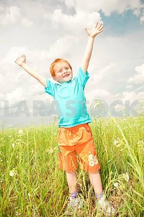 Счастливый мальчик в поле