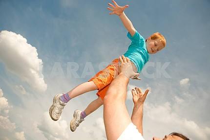 Счастливый мальчик прыгает поле
