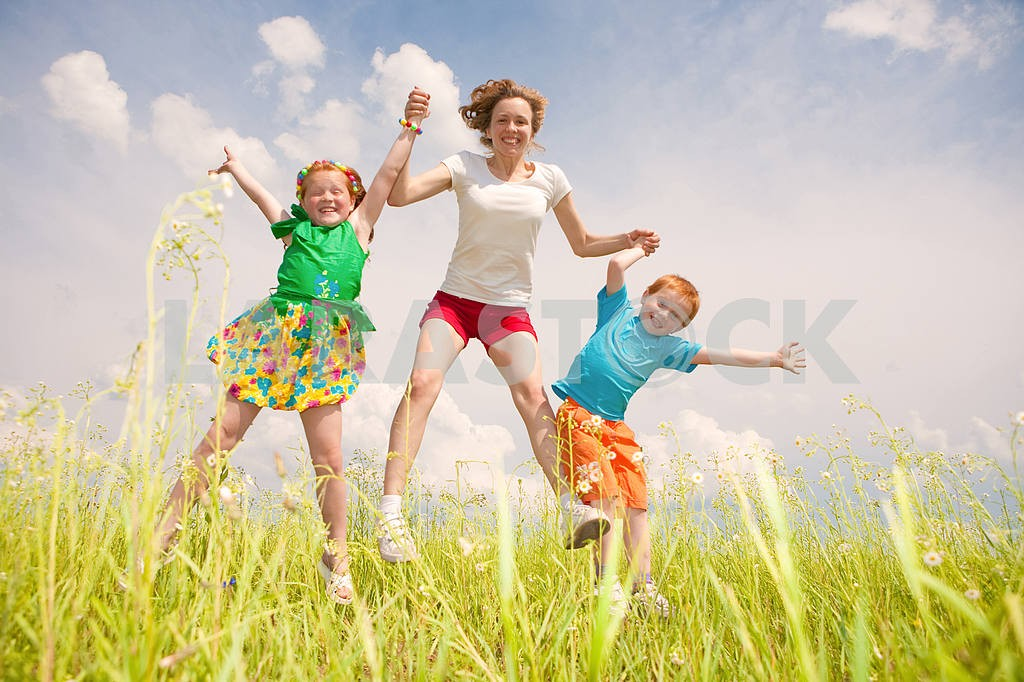 A mother with children Fun in the field — Image 8751