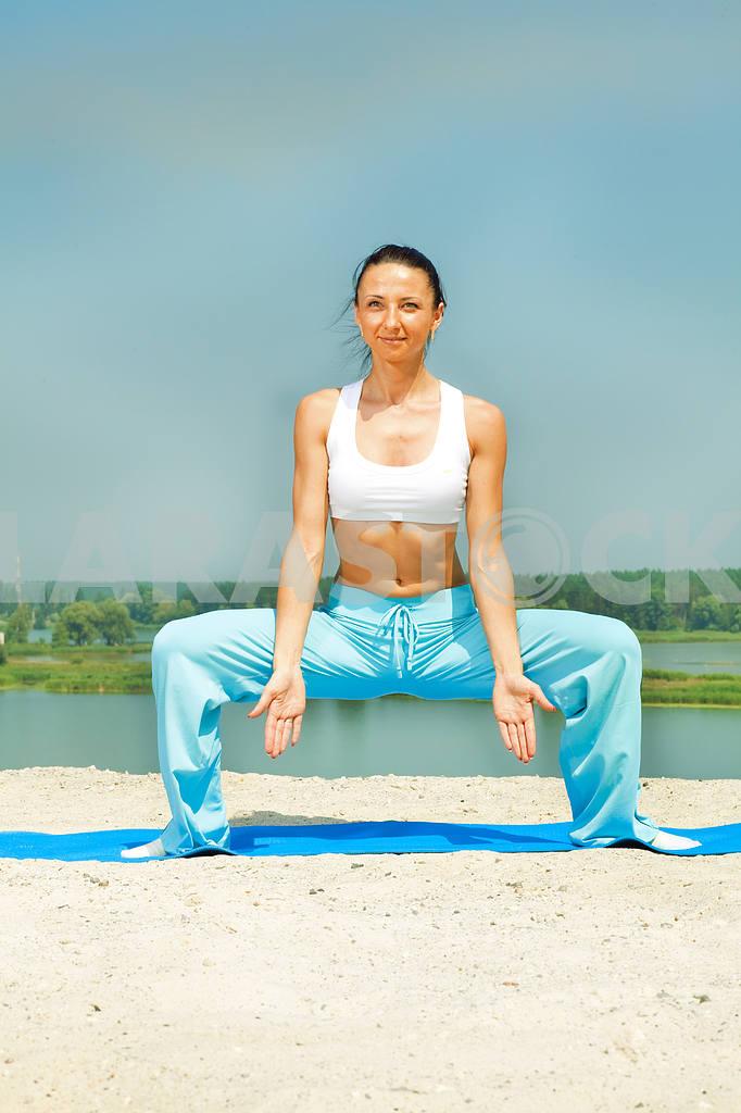 Спортивные молодая девушка имеет пилатес — Изображение 8905