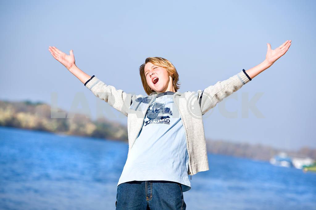 Счастливый мальчик на пляже — Изображение 8981