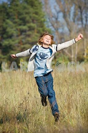 Счастливый работает мальчик