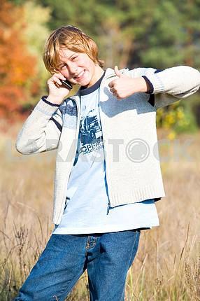 Мальчик переговоры по телефону конца , показывая все в порядке