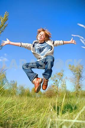 Счастливый мальчик танцует