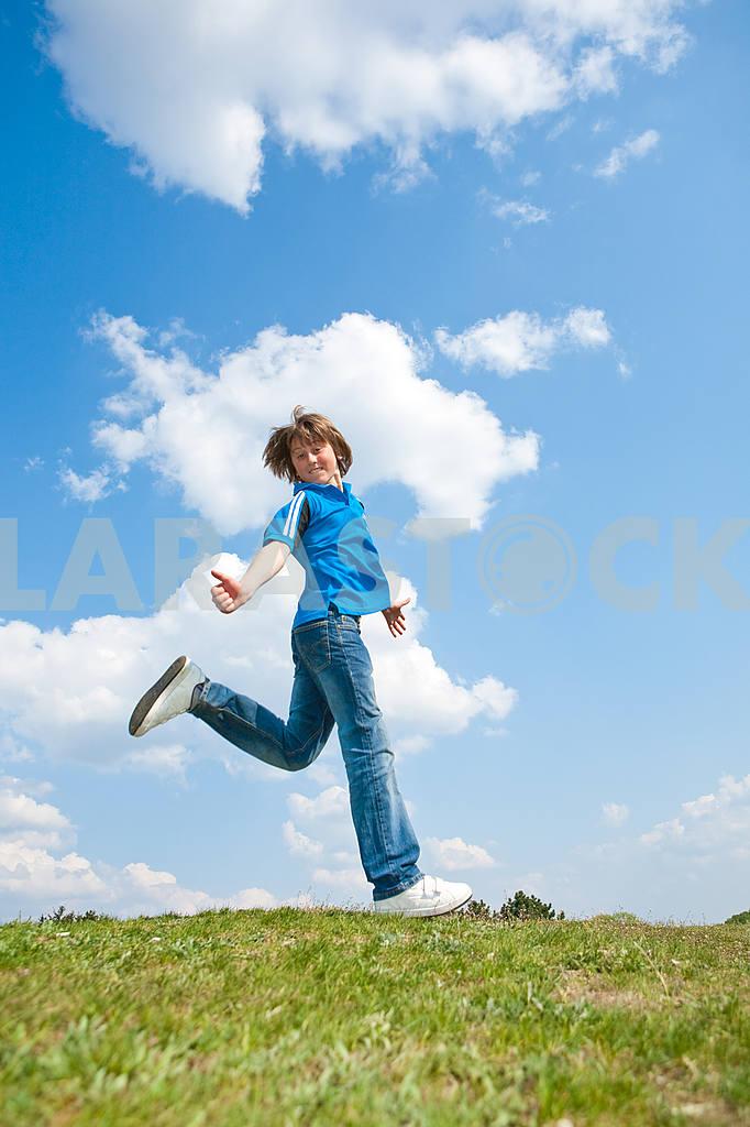 Довольно улыбается девушка расслабляющий на зеленый луг , полный цветов . Так — Изображение 9030