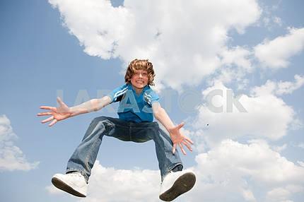Счастливый прыжков мальчик. Мягкий фокус. Фокус на глазах