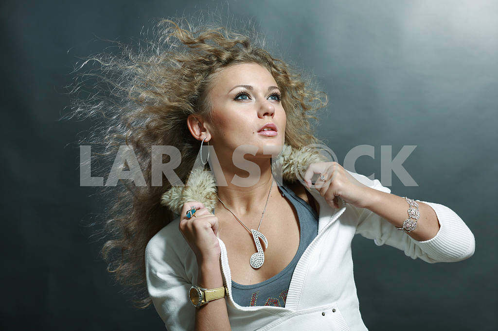 Portrait of a beautiful young luxury woman — Image 9108