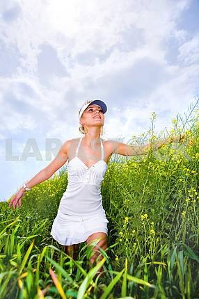Счастливый молодая женщина , ходить в желтом поле