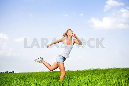 Счастливый молодая женщина работает в поле