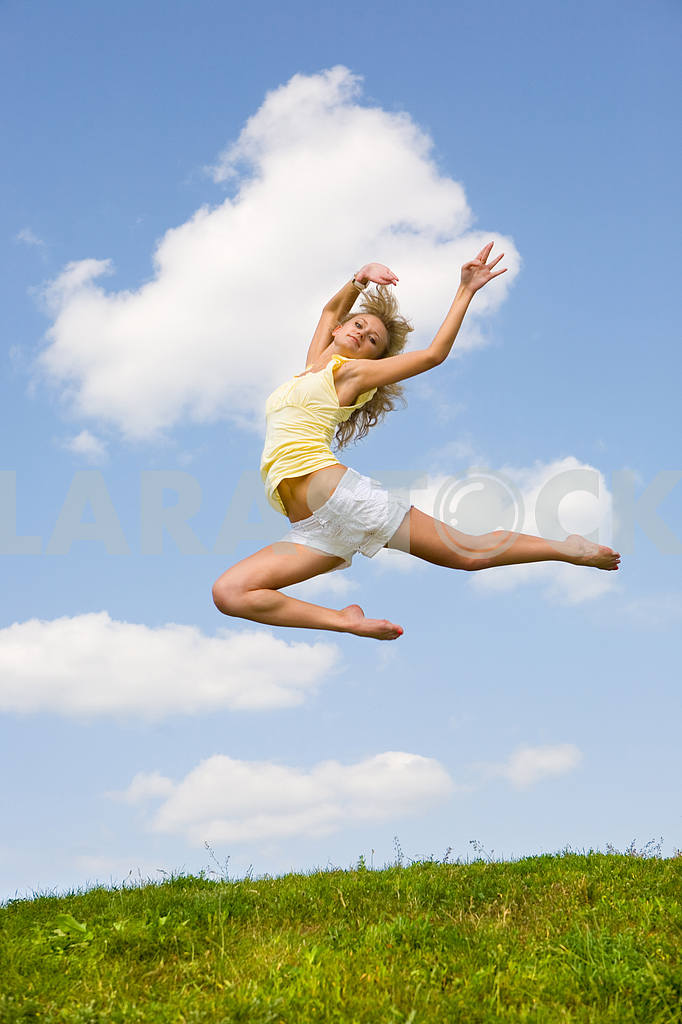 Happy girl jumping on green meadow — Image 9218