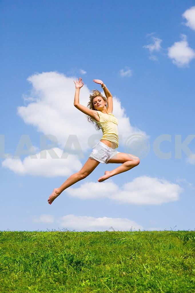 Счастливый молодая женщина танцует в поле — Изображение 9219