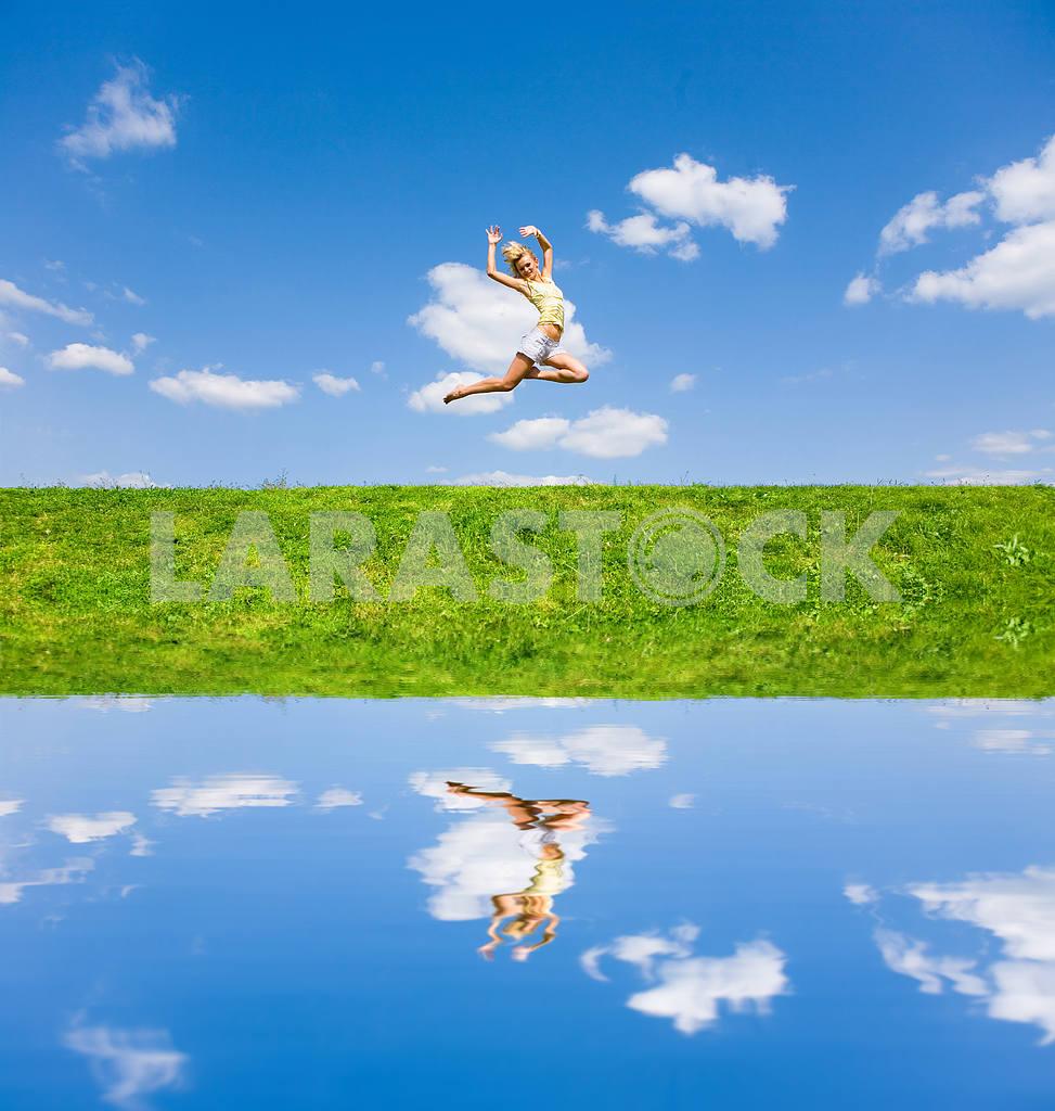 Счастливый молодая женщина танцует в поле — Изображение 9221