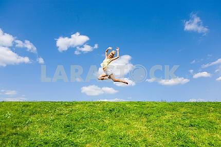 Счастливый молодая женщина танцует в поле