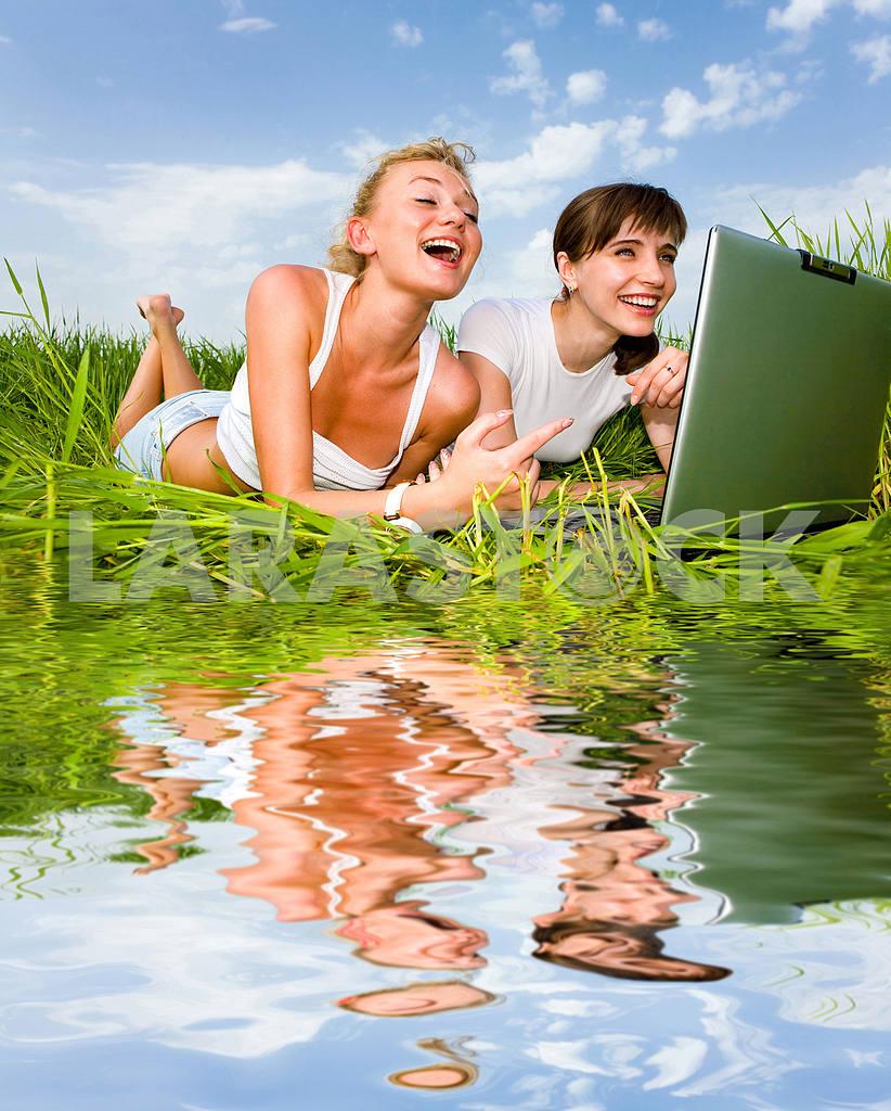 Две красивые девушки в белых одеждах смеются и глядя на — Изображение 9251