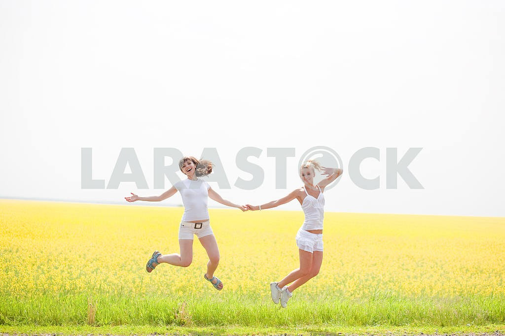 Happy people is jumping in field — Image 9274