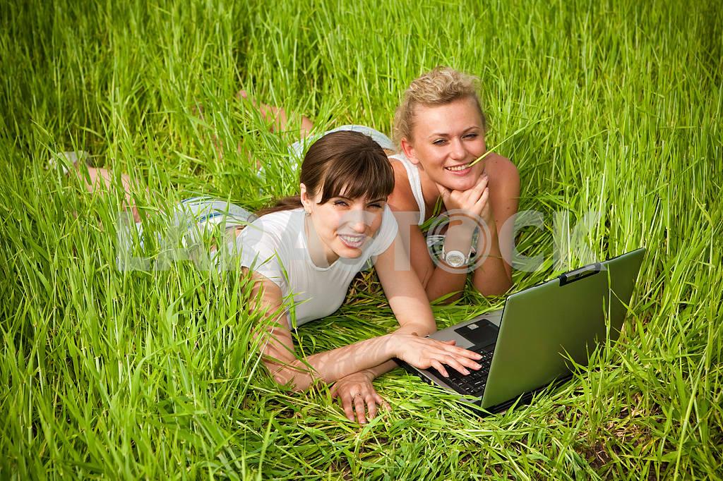 Две красивые девушки в белых одеждах смеются и глядя на — Изображение 9287