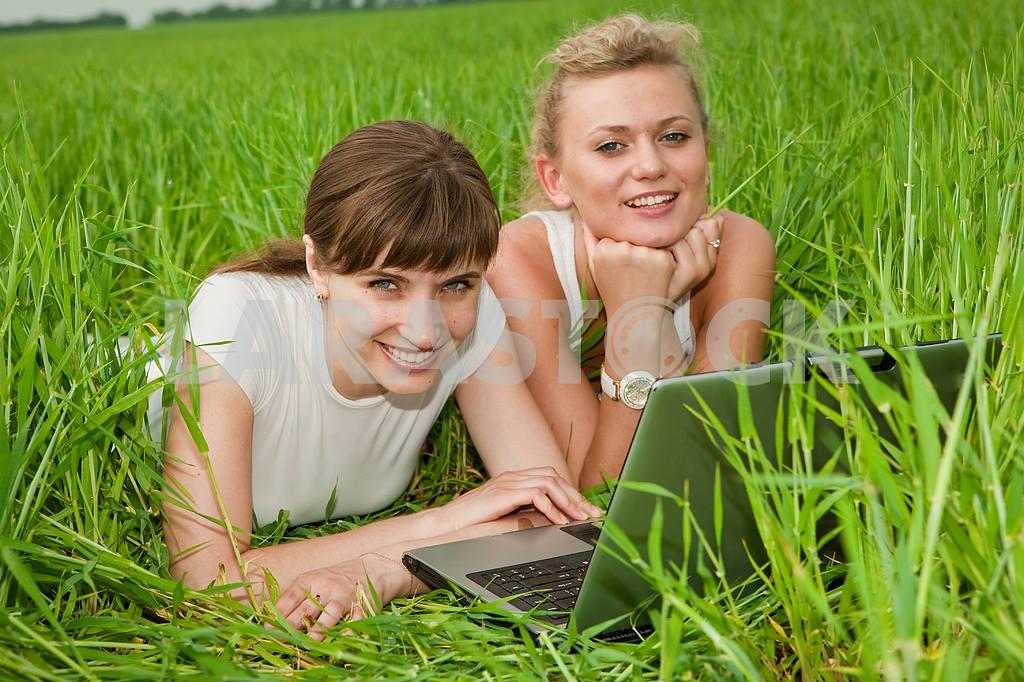 Две красивые девушки в белых одеждах смеются и глядя на — Изображение 9289
