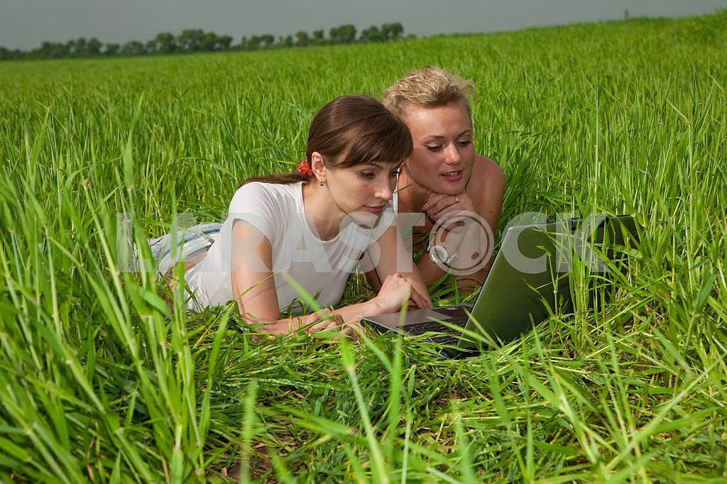 Две красивые девушки в белых одеждах смеются и глядя на — Изображение 9290