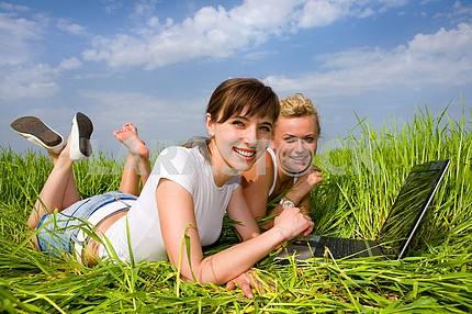 Две красивые девушки в белых одеждах смеются и глядя на