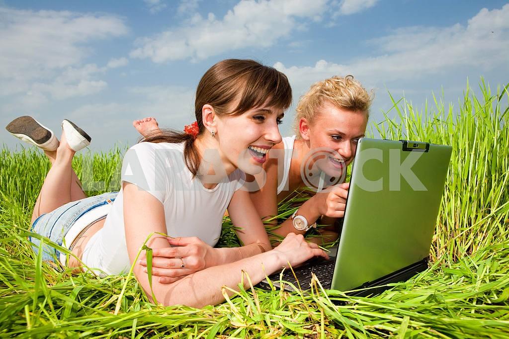 Две красивые девушки в белых одеждах смеются и глядя на — Изображение 9301