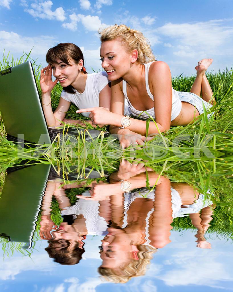 Две красивые девушки в белых одеждах смеются и глядя на — Изображение 9304
