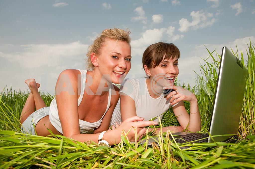 Две красивые девушки в белых одеждах смеются и глядя на — Изображение 9309