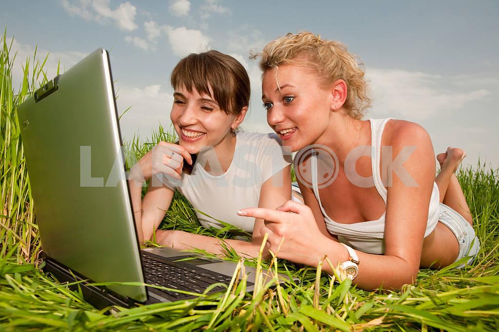 Две красивые девушки в белых одеждах смеются и глядя на — Изображение 9310