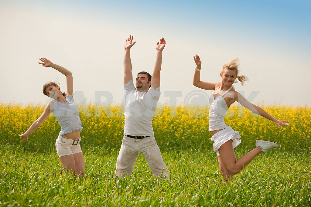 Happy people is jumping in field — Image 9331