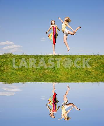 Два счастливых девочки прыгают