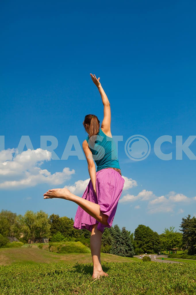 Beautiful young girl dancing barefoot on the grass — Image 9657