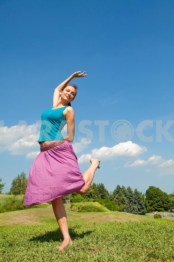 Pretty girl having fun flying in blue sky — Image 9658