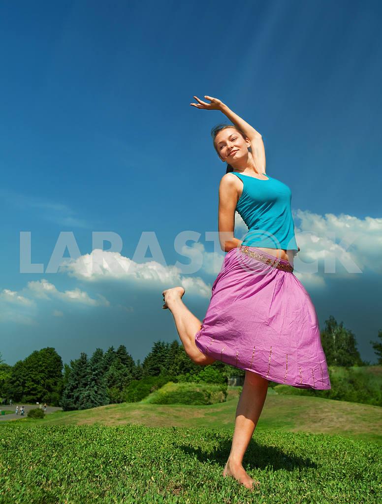 Pretty girl having fun flying in blue sky — Image 9666