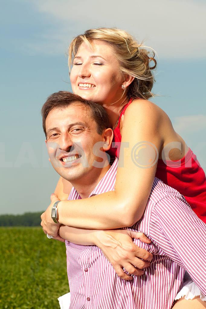 Молодые любви пара, улыбаясь в голубое небо — Изображение 9680