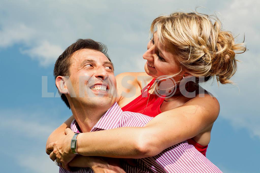 Молодые любви пара, улыбаясь в голубое небо — Изображение 9681