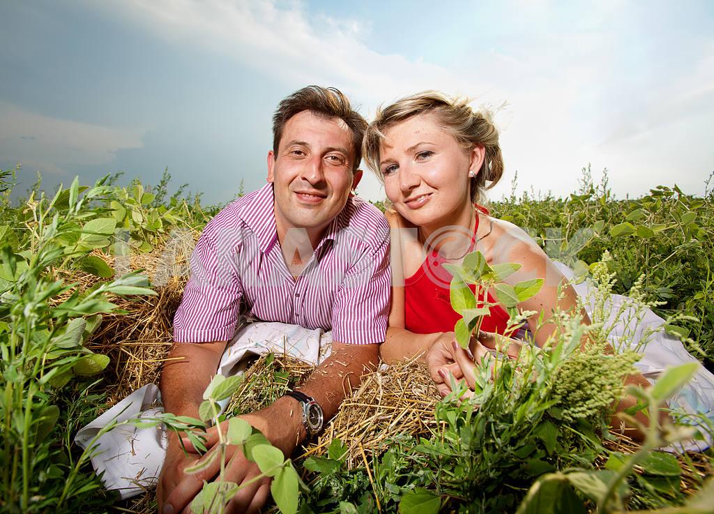 Молодые любви пара, улыбаясь в голубое небо — Изображение 9690