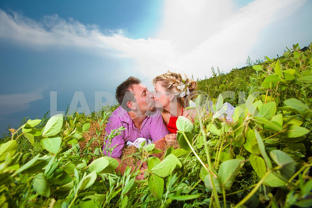 Молодые любви пара, улыбаясь в голубое небо — Изображение 9691