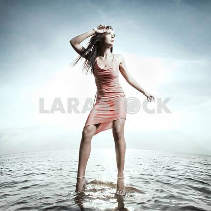 Красивая девушка, стоя на воде