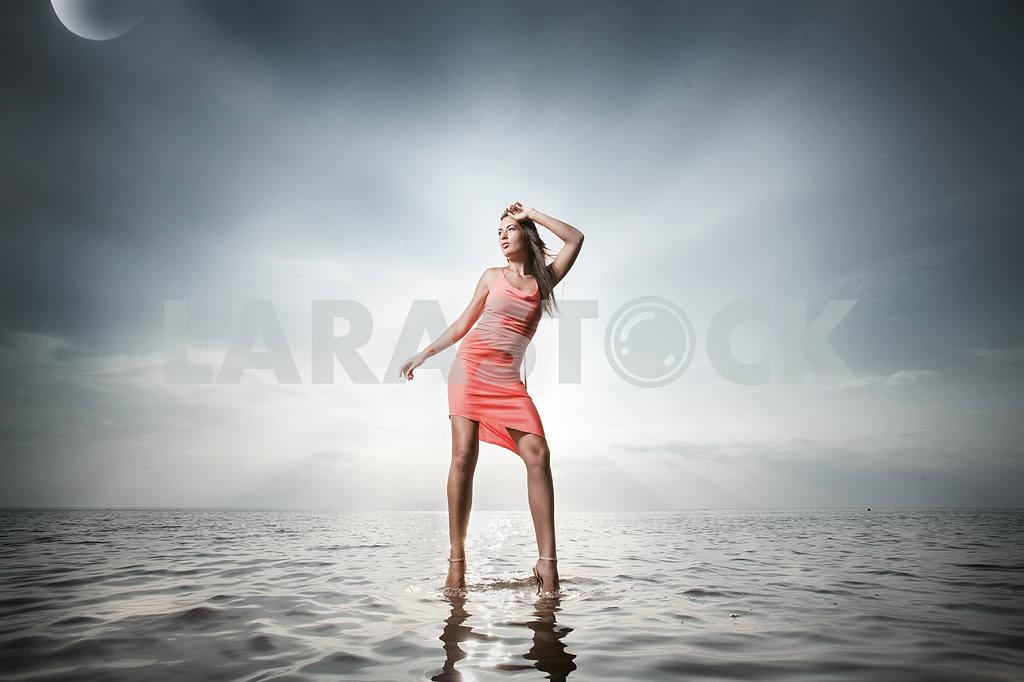 Красивая девушка, стоя на воде — Изображение 9714