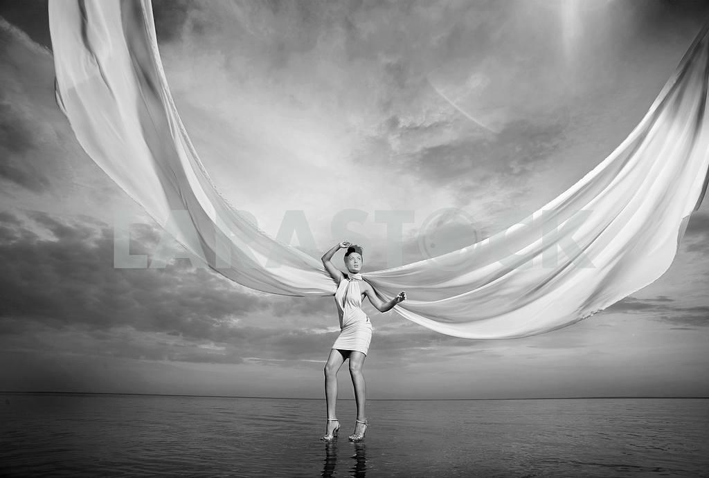 Красивая девушка, стоя на воде — Изображение 9717