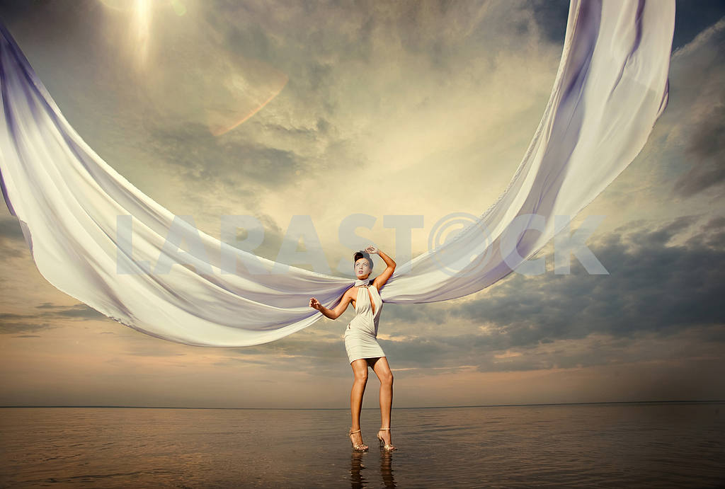 Красивая девушка, стоя на воде — Изображение 9718